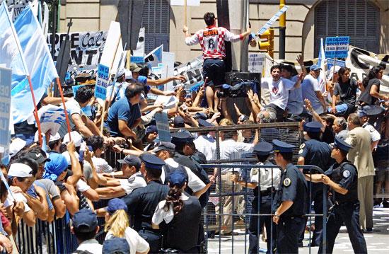 tumultuoso19122001-550-a