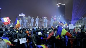 BUC20. Bucharest (Romania), 05/02/2017.- People hold effigies with prison clothes of members of the ruling Social Democratic Party (PSD) party during a protest in front of government headquarters in Bucharest, Romania, 05 February 2017. Following mass protests, Romania's government on 05 February repelled during an emergency session their controversial ordnance after on 04 February 2017 they announced the withdrawal of the disputed bill passed late 31 January as a government ordinance to pardon those sentenced to jail terms shorter than five years. (Bucarest, Protestas, Rumanía) EFE/EPA/ROBERT GHEMENT